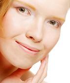 Giovane e bella donna con viso pulito sano — Foto Stock