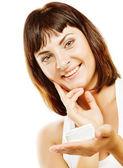 портрет красивой женщины с кремом — Стоковое фото