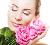 женщина с розовыми розами — Стоковое фото