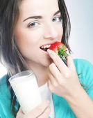 женщина с молоком и клубника — Стоковое фото