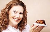 Smějící se dívka s dortem — Stock fotografie