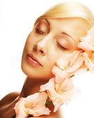 ピンクの花と美しい女性 — ストック写真