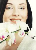蘭の花を持つ女性 — ストック写真