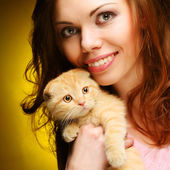 Young woman with red England lop-eared kitten — Foto de Stock