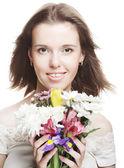 Cara de la belleza de la mujer hermosa joven con flores — Foto de Stock