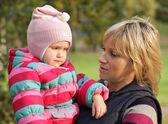 Mamma med en dotter i höst park — Stockfoto