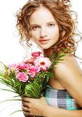 Hermosa joven con ramo de flores — Foto de Stock