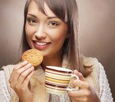 Genç kadın kahve ve kurabiye — Stok fotoğraf