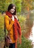 漂亮的女人,放松在片秋色的公园 — 图库照片