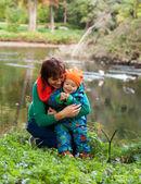 Mutlu bir aile içinde sonbahar park eğlenmek — Stok fotoğraf