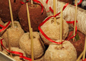 Tray full of caramel and candied apples. — Stock Photo