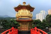 Arch Bridge in Nan Lian Garden, Hong Kong. — Stock Photo