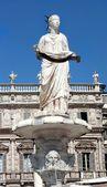 Fountain of our Lady Verona in Piazza delle Erbe in Verona, Italy — Stock Photo