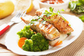 Grilled salmon steak and vegetables — 图库照片