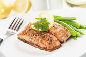 Grilled salmon steak and vegetables — Photo