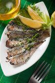 烤的沙丁鱼鱼与柠檬和生菜 — 图库照片