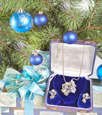 Gift box with a necklace on a New Year tree — Стоковое фото