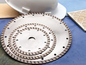 Diamond discs for cutting of tile and a helmet — Stockfoto