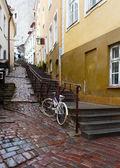 Straten van de oude stad in de regen. Tallinn, Estland — Stockfoto