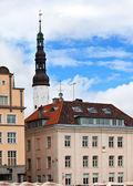 Vieja ciudad, tallin, estonia. casas en la plaza del ayuntamiento. — Foto de Stock
