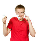 Adolescente a primeira vez que tenta fazer a barba e é confuso. — Fotografia Stock
