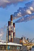 Central térmica tubos de fumo sobre uma cidade. — Fotografia Stock