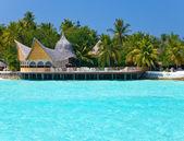 Maldives. A sandy beach, houses and an ocean coast — Stock Photo