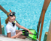 Jovens bonitas mulher com nadadeiras, máscara e tubo. maldivas. — Foto Stock