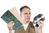 El hombre, el constructor, elige un disco desmontable para la herramienta — Foto de Stock
