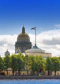Ryssland. petersburg. utsikt över katedralen isaakievsky genom floden neva — Stockfoto
