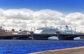 Der große Kreuzfahrt-Liner auf der Newa. Petersburg. Russland — Stockfoto