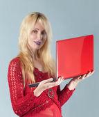 年轻漂亮的女人在红色笔记本红色上衣 — 图库照片