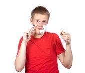 Der junge, der teenager zum ersten mal versucht, eine rasur zu haben und ist verwirrt. — Stockfoto