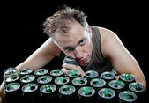 The drunk man and is a lot of empty beer can — Stock Photo