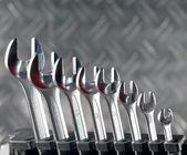 Juego de llaves de tuerca brillante de diferentes tamaños en suppor — Foto de Stock