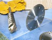 Ugelli per la perforatrice e un disco di diamante staccabile su una tegola. — Foto Stock