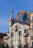 Une destination touristique célèbre restaurée par l'architecte catalan antoni gaudi. façade est décorée avec des carreaux de mosaïque — Photo