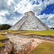 Kukulkan Pyramid in Chichen Itza on the Yucatan, Mexico — Stock Photo #26981497