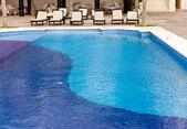 Espreguiçadeiras vazio perto da piscina — Fotografia Stock