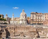 Itálie. řím. trojský sloupec, kostely santa maria di loreto a pozůstatky fóra traianus — Stock fotografie