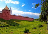 Mitropolichya tower and Clock tower. The Kremlin (Detinets-stronghold). Great Novgorod. Russia — Stock Photo