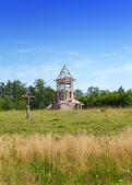 крест в честь основания церкви и под строительство православная церковь на холме — Стоковое фото
