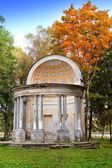 The ancient destroyed arbor in autumn park. Russia. Saint-Petersburg. Gatchina — Stock Photo