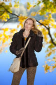 The woman in autumn park — Stockfoto