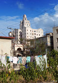 Cuba. Contrasts of old Havana - high-rise buildings and linen drying in the forefront in a yard — Stock Photo