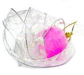 粉红色天鹅绒般新年球以及优雅彩带在白色的背景上 — 图库照片