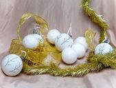 Branco bolas de ano novo — Fotografia Stock