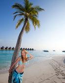 Junge schöne frau steht in der nähe von palme, malediven — Stockfoto