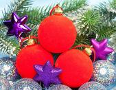 červené a stříbrné novoroční koule a větve s sníh — Stock fotografie