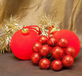 Nouvel an rouge boule, baies décoratives et tinsel — Photo